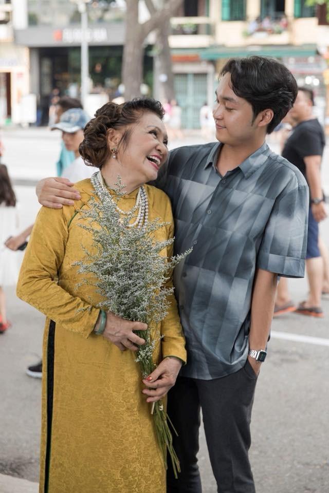 Nghệ sĩ Thanh Hương cũng rất tự hào về đứa cháu trai tài năng và sống tình cảm. Bà thường rất hay kể về Quang Đăng trong các cuộc trò chuyện.