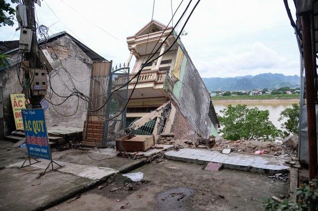 Hàng chục ngôi nhà bị thiệt hại, tụt xuống sông Đà. (Ảnh: Toàn Vũ).