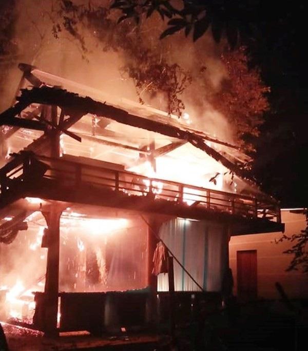 Ngôi nhà sàn bị lửa thiêu rụi hoàn toàn. (Ảnh: Báo Nghệ An).