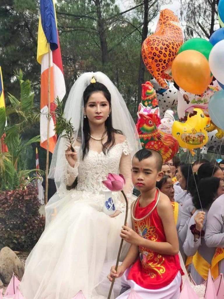 Hình tượng Phật Quán Thế Âm mặc váy cưới tại lễ hội Quán Thế Âm 2018 Huế