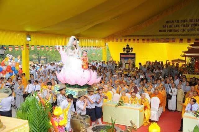 Phật Quán Thế Âm mặc áo cưới được rước vào khu làm lễ chính