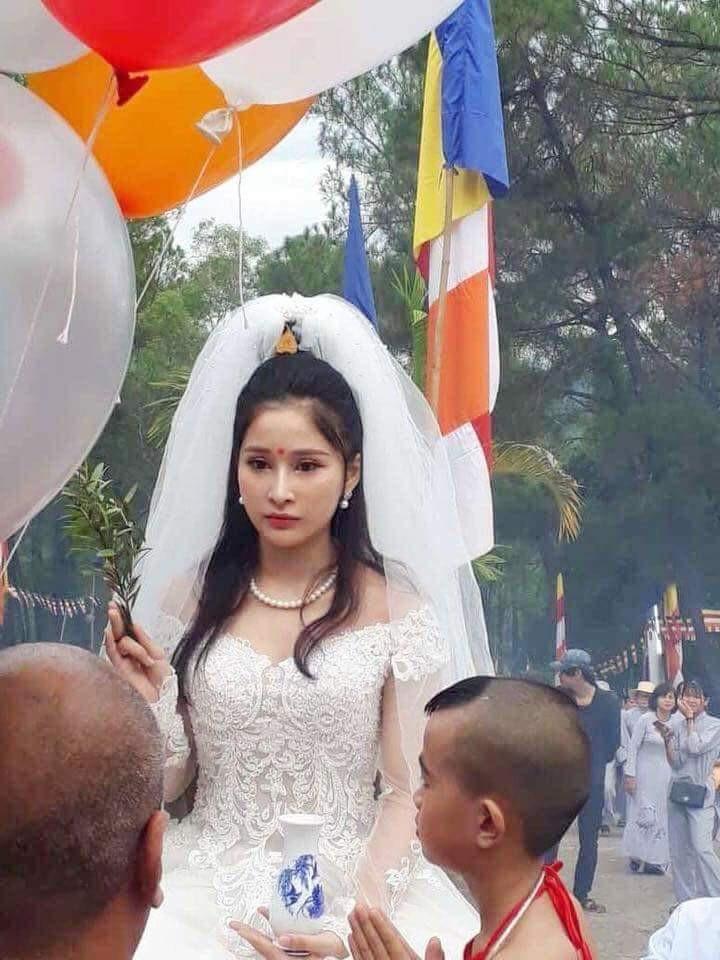 Chiếc váy cưới với họa tiết đăng ten, hở cổ, nhín thấu 2 cánh tay