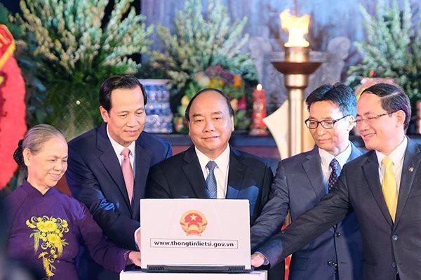 Thủ tướng Nguyễn Xuân Phúc ấn nút khai trương Cổng thông tin điện tử về liệt sĩ, mộ liệt sĩ và nghĩa trang liệt sĩ. Ảnh: VGP