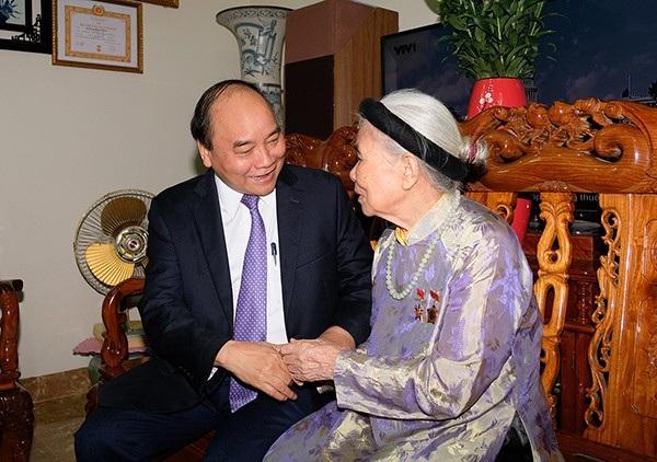 Thủ tướng Nguyễn Xuân Phúc thăm Mẹ Việt Nam Anh hùng Nguyễn Thị Tẹo ở thị xã Sơn Tây. Ảnh: VGP