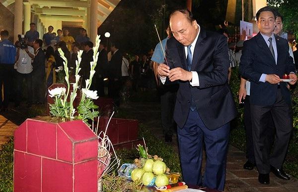 Thủ tướng Nguyễn Xuân Phúc thắp hương cho các liệt sĩ. Ảnh: VGP
