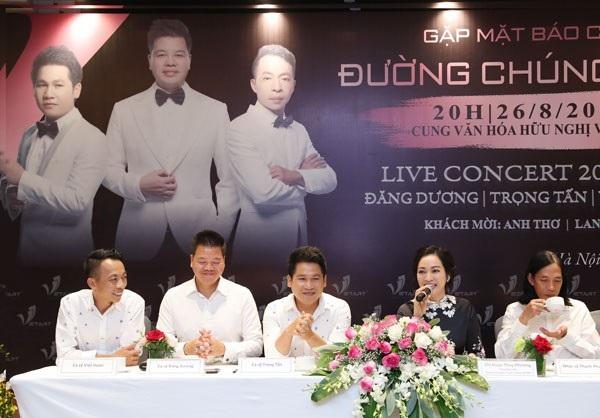 """""""Tam ca xấu trai nhất Việt Nam"""" làm live concert nhạc đỏ."""