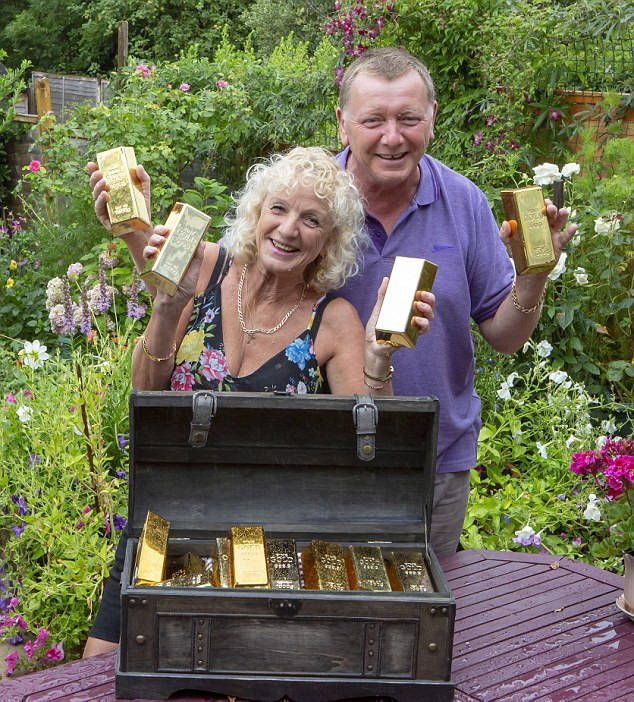 Vợ chồng bà Bedford bên kho báu vàng thỏi trị giá 50.000 bảng Anh. (Nguồn: Daily Mail)