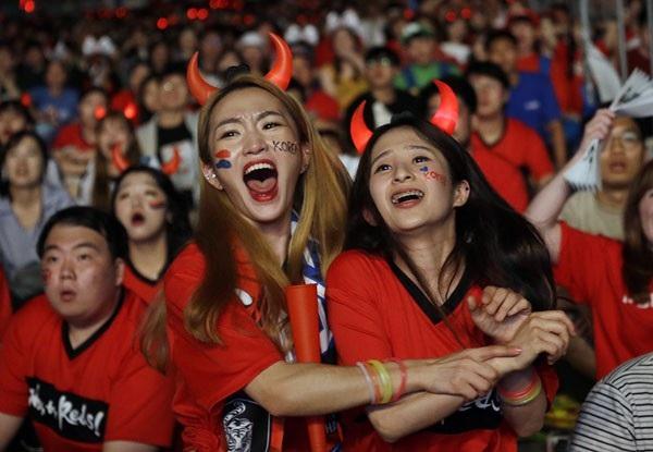 Cổ động viên nữ Hàn Quốc vỡ òa cảm xúc cùng người hâm mộ khi đội nhà giành chiến thắng lịch sử trước đội tuyển Đức - đương kim vô địch và cũng là ứng cử viên hàng đầu cho ngôi vị số 1 tại World Cup năm nay.