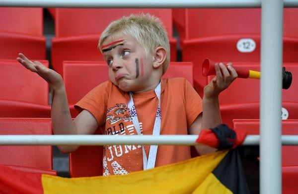 Một cổ động viên nhí của đội tuyển Bỉ có mặt trên khán đài ra vẻ khó hiểu trước một quyết định của trọng tài.
