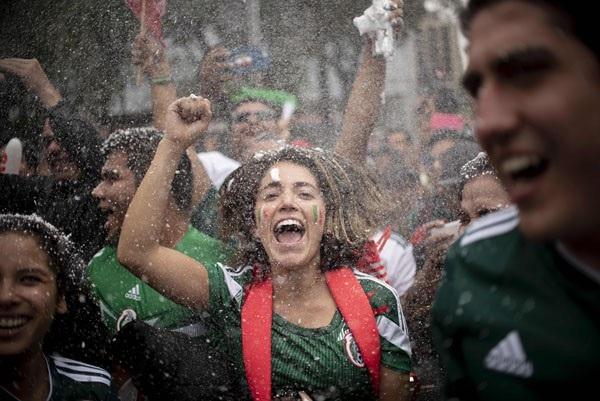 Cổ động viên Mexico ăn mừng chiến thắng của đội nhà sau khi đánh bại hàn Quốc với tỷ số 2-1.