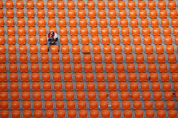 Một cổ động viên lớn tuổi người Ai Cập ngồi lặng im trên khán đài sau khi tất cả mọi người đã ra về trong trận đấu đội nhà giành thất bại trước Uruguay với tỷ số 1-0.
