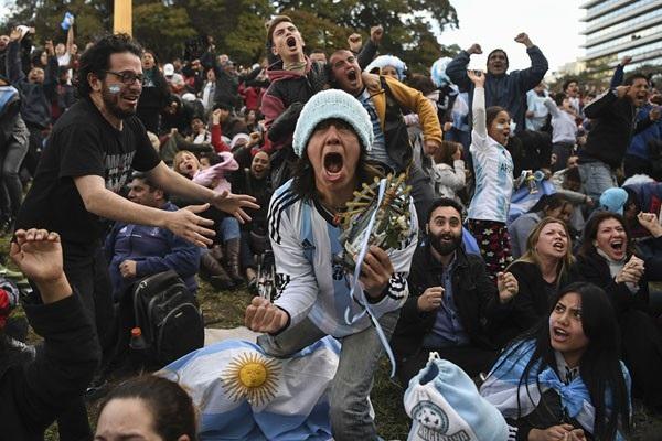 Cổ động viên Argentina mừng chiến thắng sít sao của đội nhà trước đội tuyển Nigeria trước màn hình lớn tại quảng trường Plaza San Martin, thành phố Buenos Aires.