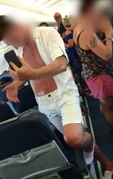 Nhiều hành khách tố cáo, họ không được tiếp viên phục vụ thức ăn và nước uống suốt 3 tiếng chờ đợi trên máy bay