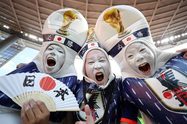 Cổ động viên Nhật Bản là những vị khách đặc biệt và để lại nhiều ấn tượng đẹp tại kỳ World Cup 2018, không chỉ bởi hành động dọn rác sau mỗi trận đấu, mà còn bởi sự cuồng nhiệt và những bộ trang phục hết sức lạ mắt.