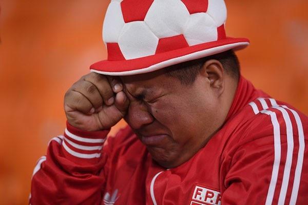 Cảm xúc không chỉ có niềm vui, mà cả nỗi buồn vô bờ bến. Một cổ động viên Peru đã nếm trải điều này sau khi đội nhà thất thủ trước Pháp và bị loại khỏi giải đấu lớn nhất hành tinh.