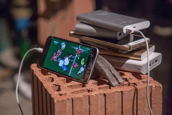 Sử dụng gạch và búa làm giá đỡ cho chiếc smartphone được phát sóng trực tiếp là cách mà những người thợ xây tại Hàng Châu, Trung Quốc theo dõi giải đấu bóng đá lớn nhất hành tinh, dù đội tuyển nước nhà không lọt vào vòng bảng.