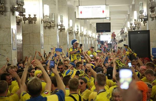 Cổ động viên Thụy Điển ăn mừng tại ga tàu điện sau chiến thắng của đội nhà trước Hàn Quốc.