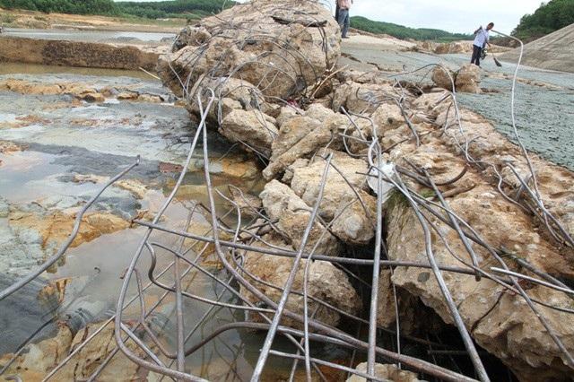 Nhiều mảng bê tông bị cuốn, lộ ra lõi sắt