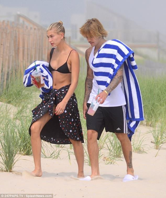 Đôi tình nhân trẻ trông thật vui vẻ và trò chuyện liên tục với nhau khi cùng đi dạo dọc bãi biển.