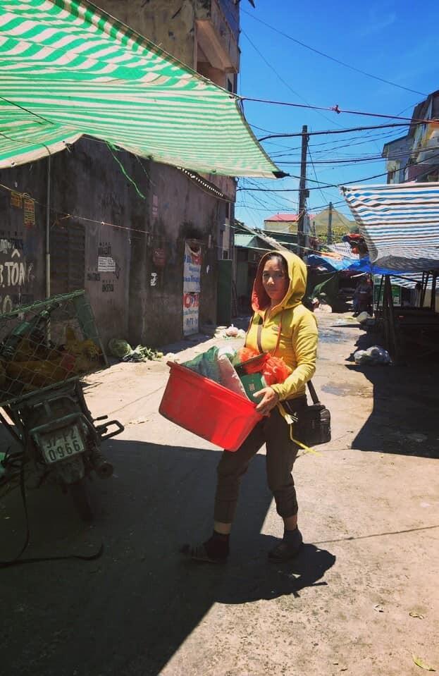 """""""Đồng tiền chân chính làm ra khó lắm. Có thu nhập ổn định là may rồi, chứ vất vả ai cũng như ai thôi"""", chị H. – một tiểu thương ở chợ Nghi Phú (TP Vinh chia sẻ)."""