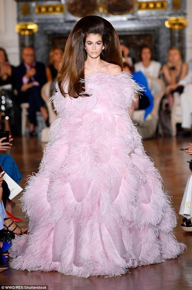 Kaia Gerber trình diễn quyến rũ tại Paris Fashion Week ngày 4/7 vừa qua