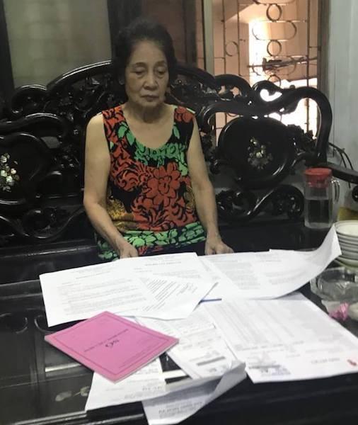 """Cụ bà 75 tuổi vốn đã """"cạn nước mắt"""" liệu có còn quỹ thời gian để đợi cuốn sổ đỏ của quận Hai Bà Trưng cấp nữa hay không."""