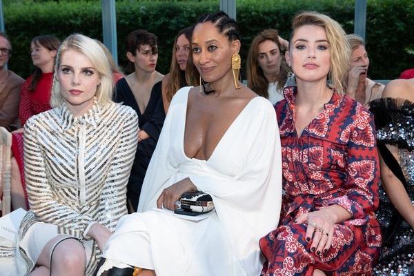Trên hàng ghế VIP là Lucy Boynton, Tracee Ellis Ross và Amber Heard