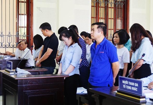 Các bị cáo nghe đại diện Viện KSNSD tỉnh Nghệ An giữ quyền công tố tại phiên tòa công bố bản luận tội