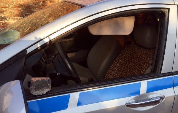 Chiếc xe taxi bị đập vỡ tan kính lái.