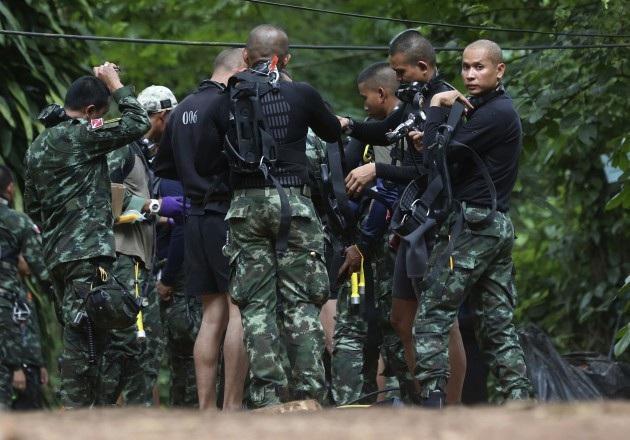 Đội cứu hộ mặc đồ lặn chuẩn bị vào hang Tham Luang (Ảnh: Nation)