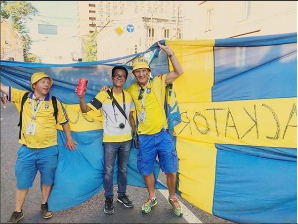 Cùng các cổ động viên Thụy Điển ăn mừng sau chiến thắng trước Hàn Quốc