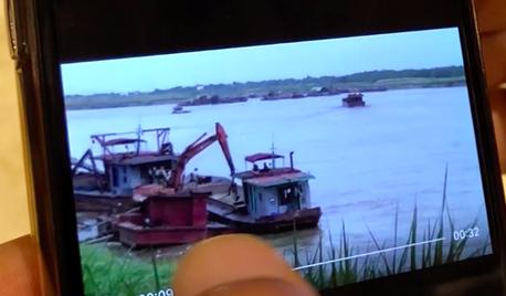 Tàu Thủy đoàn 1 thuộc Cục CSGT xuất hiện trong clip cát tặc lộng hành (ảnh: Quang Phong)