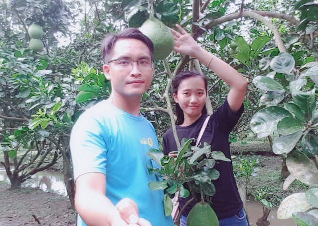 Ấm và Trang tại vườn bưởi của người thân.