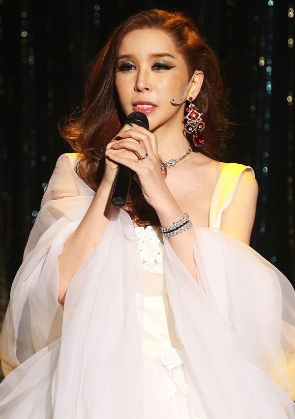 Cô được xem là một trong những mỹ nhân chuyển giới hàng đầu của làng giải trí xứ Hàn.