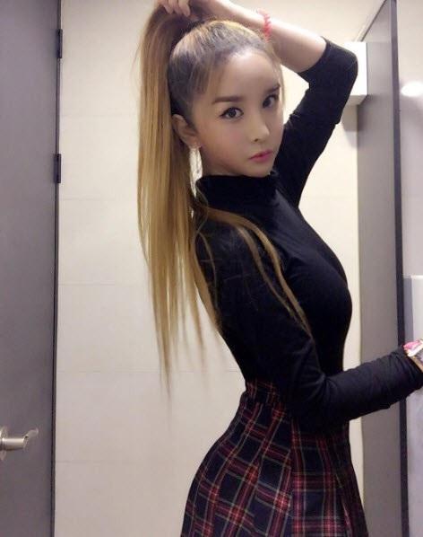 Harisu khoe những hình ảnh trẻ trung như nữ sinh trên trang cá nhân.