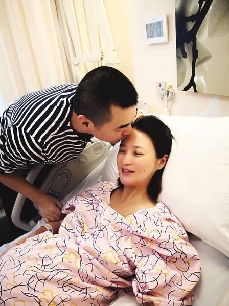 Nữ diễn viên xinh đẹp mang bầu và sinh nở lần thứ hai ở tuổi 43.