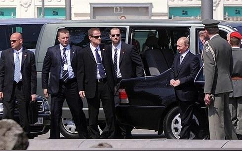 Cảnh vệ Nga bảo vệ nhà lãnh đạo Putin trong một lần ở Vienna (Áo). Ảnh: TASS.