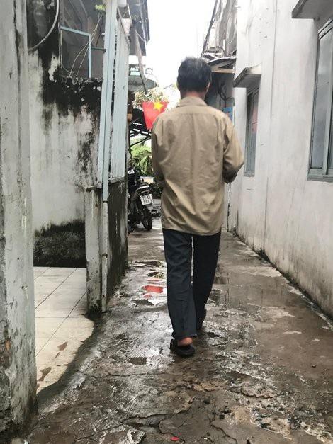 Ông Ba Vương ngày ngày đi bán vé số, không dám trở về quê vì xấu hổ.