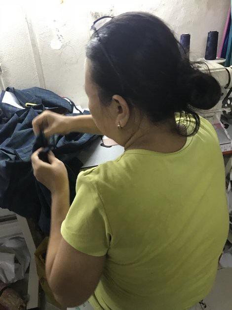 Chị Loan quay trở lại với nghề may vá kiếm sống qua ngày.