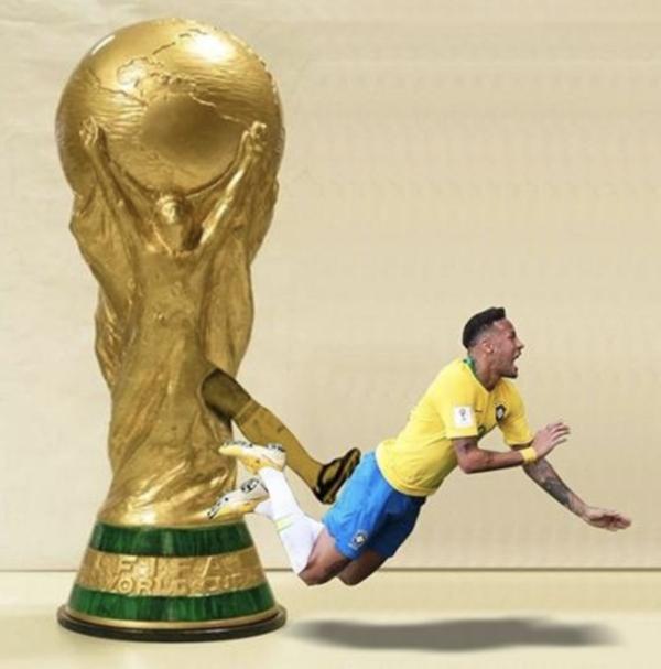Động tác quen thuộc của Neymar tại World Cup 2018, và kẻ đánh ngã anh chàng lần này chính là ... cúp vàng World Cup.