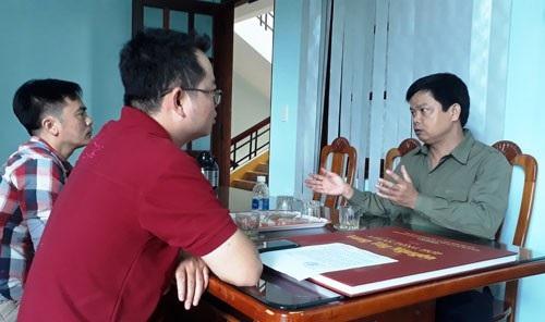 Ông Nguyễn Hữu Quế trao đổi với PV về những lần ông cải trang đi xuống cơ sở