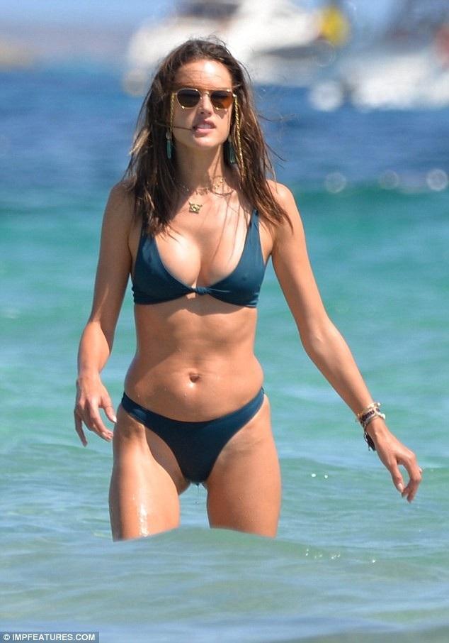 Siêu mẫu Brazil khoe dáng săn chắc trong bộ bikini đơn giản