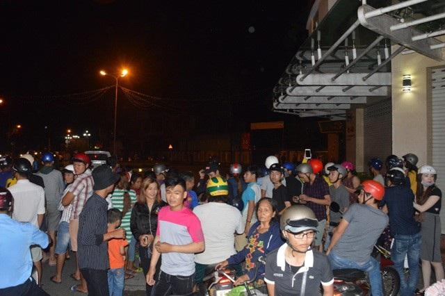 Rất đông người dân hiếu kỳ kéo đến xem vụ việc.