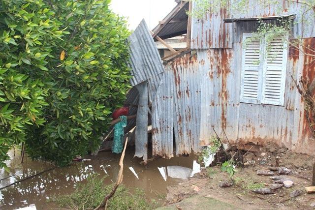 Ít nhất 2 căn nhà bị hư hại trong vụ sạt lở.