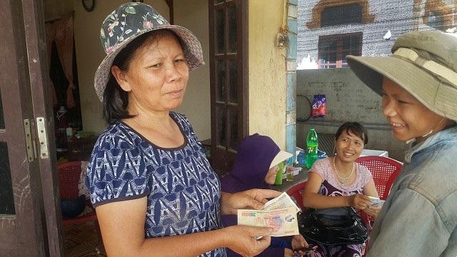 Tiền công của 2 mẹ con cô Xuân sau một buổi sáng mò cua bắt ốc vất vả dưới cái nóng đổ lửa.