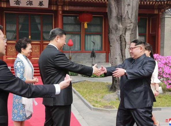 Chủ tịch Tập Cận Bình đón nhà lãnh đạo Kim Jong-un tại Bắc Kinh hồi tháng 3 (Ảnh: KCNA)