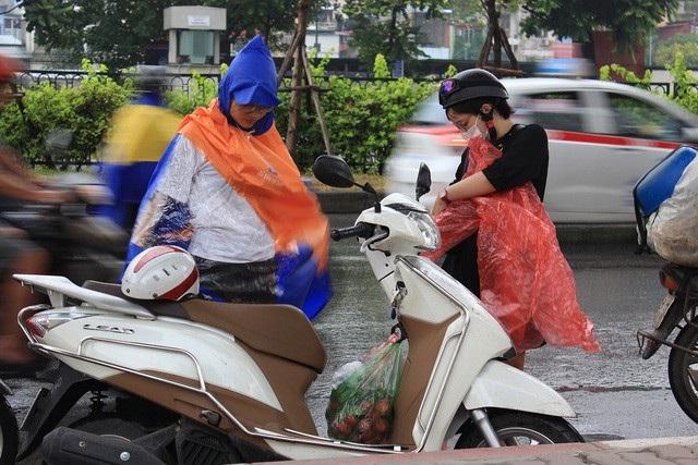 """Từ chiều 6/7, một số khu vực của Thủ đô Hà Nội đã xuất hiện những cơn mưa lác đác, nhưng chừng đó là chưa đủ để làm hạ nhiệt hoàn toàn """"chảo lửa"""" sau chuỗi ngày nắng nóng kinh hoàng. Đến sáng 7/7, trận """"mưa vàng"""" đã đổ xuống khiến nền nhiệt độ ở Hà Nội giảm xuống rõ rệt, giúp người dân Thủ đô """"hạ hỏa"""". (Ảnh: Nguyễn Dương)"""