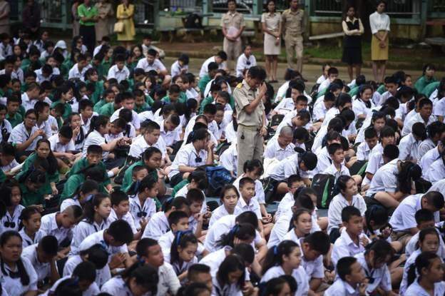 Các em học sinh cầu nguyện để đội bóng được đưa ra ngoài an toàn. (Ảnh: Twitter)