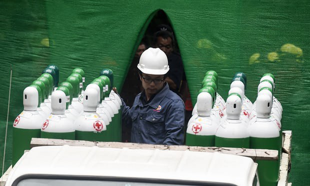 Thành viên đội cứu hộ chuẩn bị bình oxy tại hang Tham Luang (Ảnh: AFP)