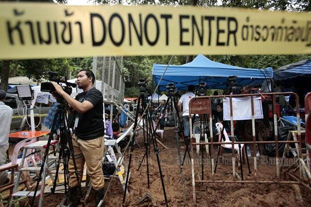 Các phóng viên được yêu cầu rời khỏi cửa hang Tham Luang và lùi lại 2 km để các nhà chức trách Thái Lan chuẩn bị mặt bằng phục vụ cho chiến dịch giải cứu đội bóng. (Ảnh: Bangkok Post)